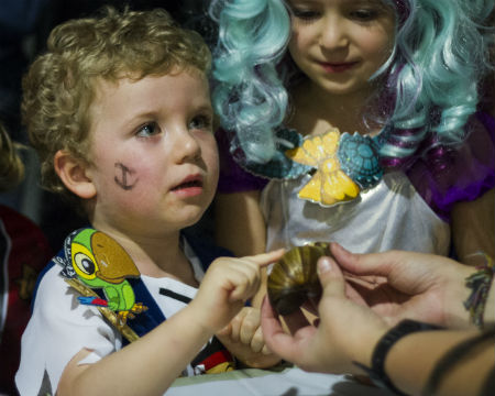 Little explorers get hands on with creepy crawlies